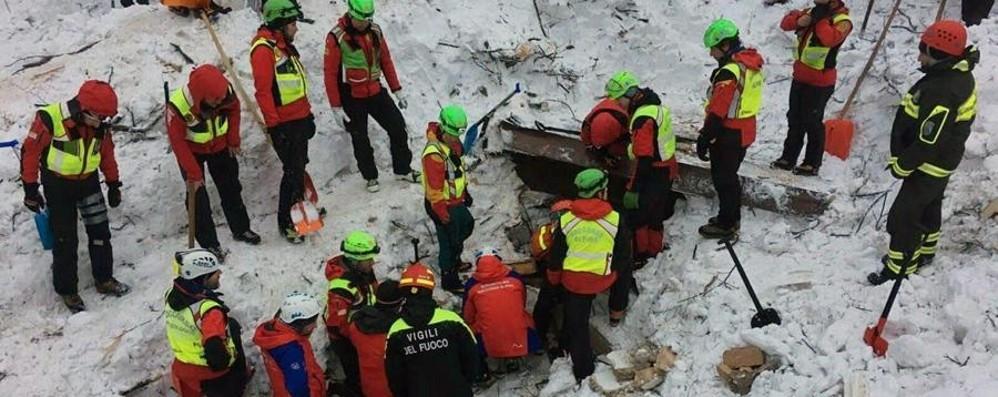 I vigili del fuoco continuano a scavare L'audio dell'allarme: «È crollato tutto»