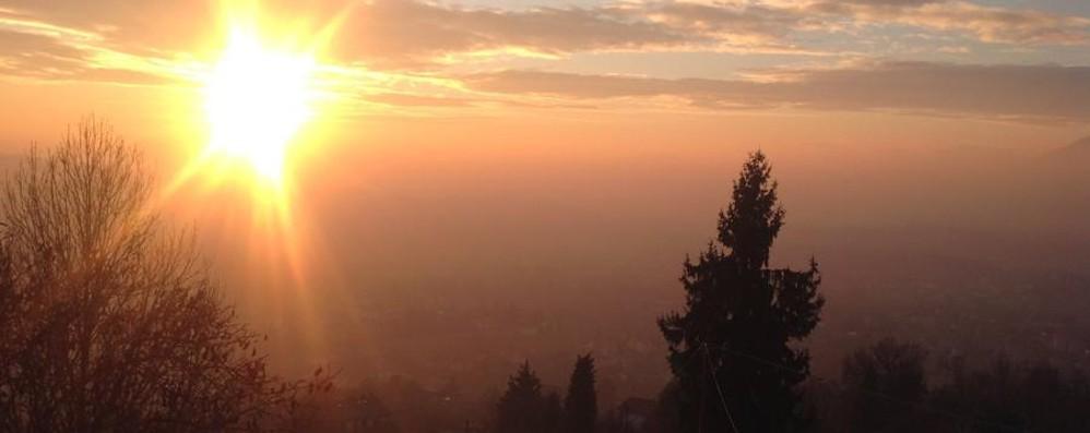 Il sole splende e torna lo smog Niente pioggia fino a fine mese