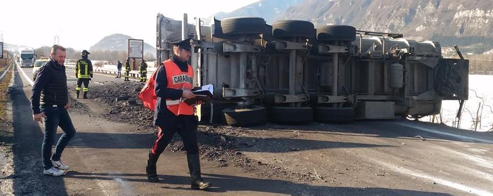 Statale 42 chiusa per incidente Si ribalta camion carico di sabbia