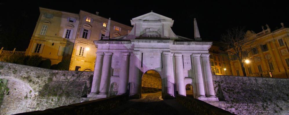 Bergamo celebra il Giro d'Italia Porta San Giacomo si colora di rosa