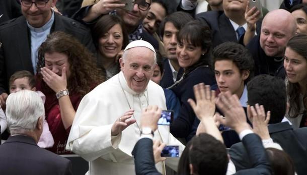 Papa: donne più coraggiose degli uomini