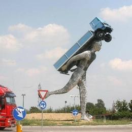 Dal camionista al ranocchio nel  rondò I monumenti più strani in Italia - Gallery