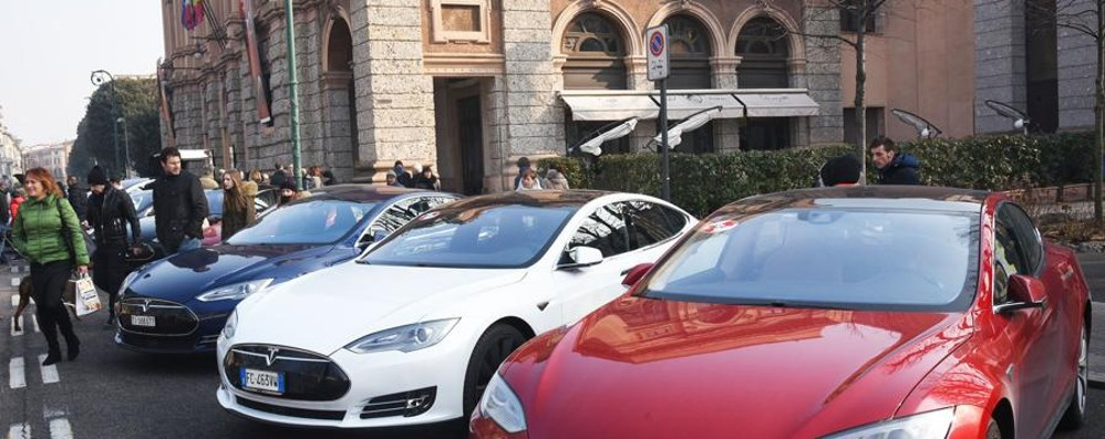 Raduno delle Tesla in centro  In mostra le auto del futuro - Video