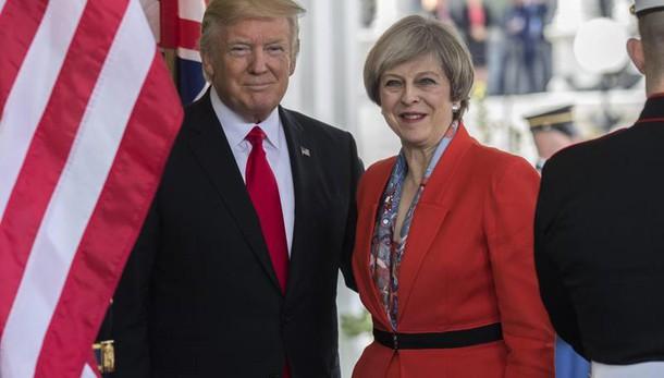 Gb insorge ma May 'felice vedere Trump'