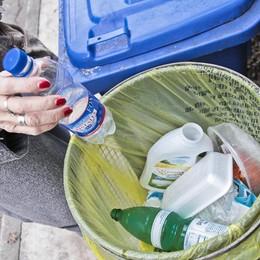Mani nel sacco per scovare i furbetti Rifiuti, a Bergamo 523 multe in un anno