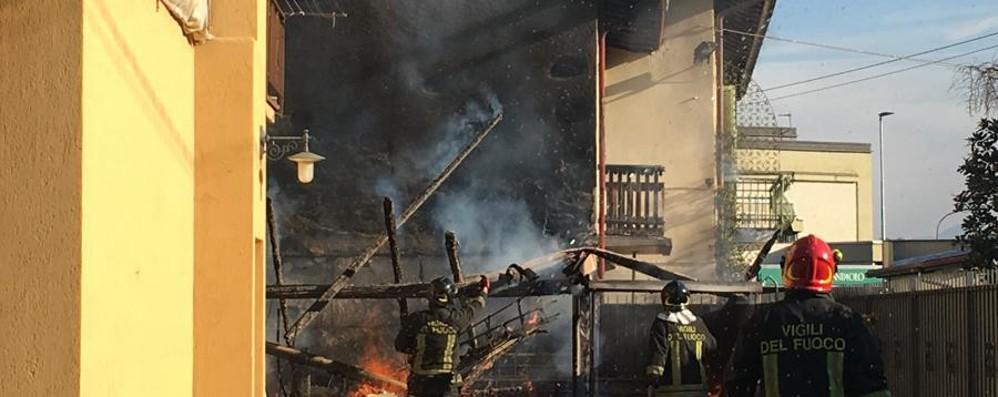 Rogo in un deposito della legna a Villongo Regione e Coldiretti: attenzione agli incendi