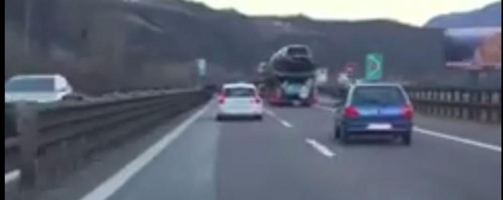 Ubriaco con l'auto del nonno bergamasco Semina panico  in autostrada -Video