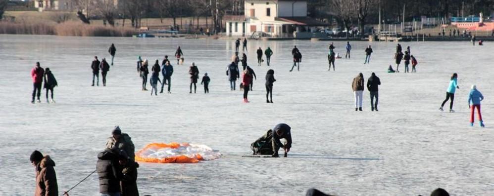 Monasterolo, atterra male con parapendio Il video dell'impatto sul lago ghiacciato