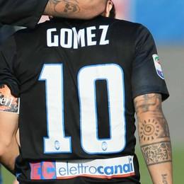 Rubata la maglia del Papu Gomez Era stata regalata a un tifoso disabile
