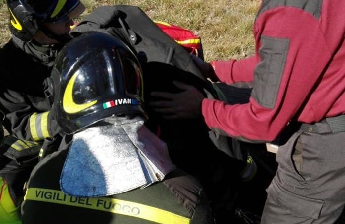 In sequenza l'intervento dei vigili del fuoco sull'uomo caduto nel lago a Endine