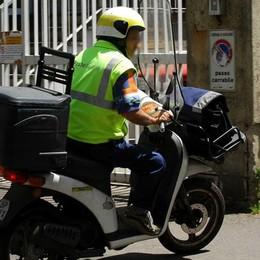 Boom Amazon, consegne a rischio «A noi postini mancano motorini e auto»