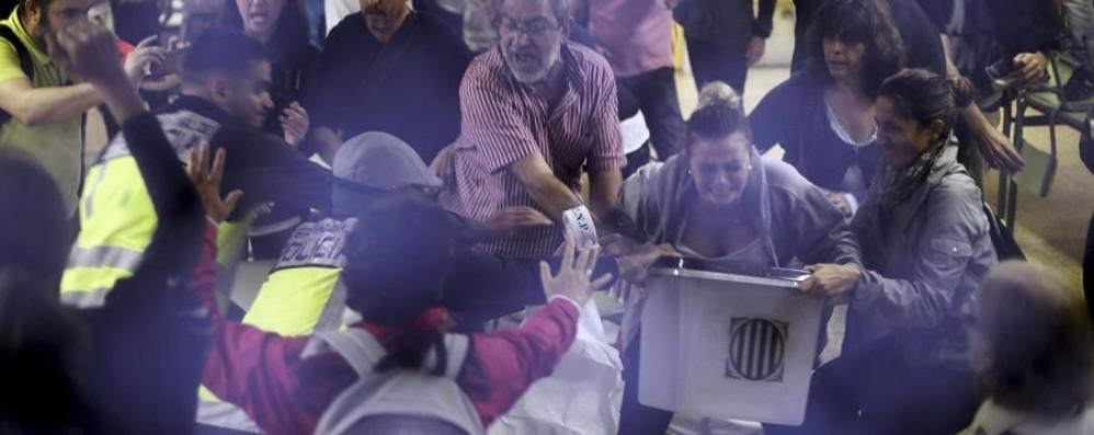 Catalogna, voto tra le violenze -Foto Uomo grave dopo carica della polizia