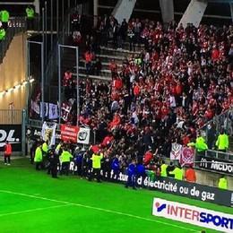 Crolla balaustra allo stadio di Amiens 26 feriti, 4 gravi - L'impressionante video