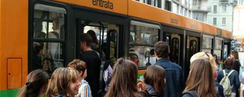 Ladro sul bus a caccia di smartphone «Forse travestito da finto studente»