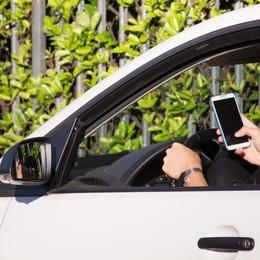 Alla guida senza telefonino Con un'app ti regalano buoni benzina