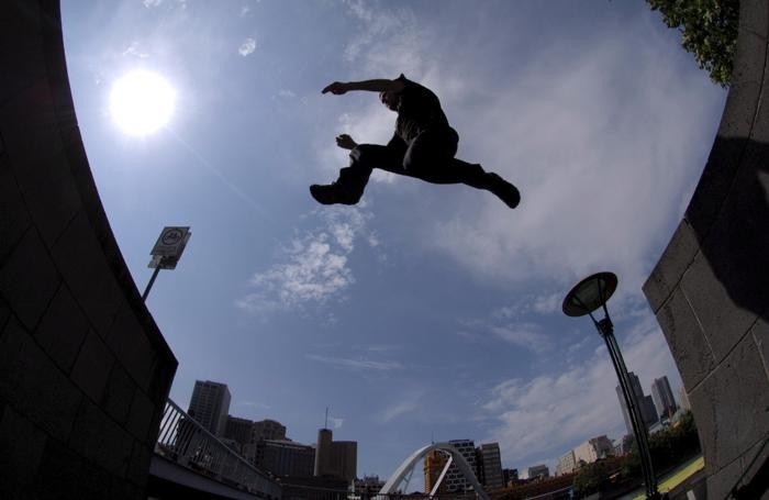 MELBOURNE - RAGAZZO IN UN PARCO GIOCHI - PARKOUR - FREE RUNNING