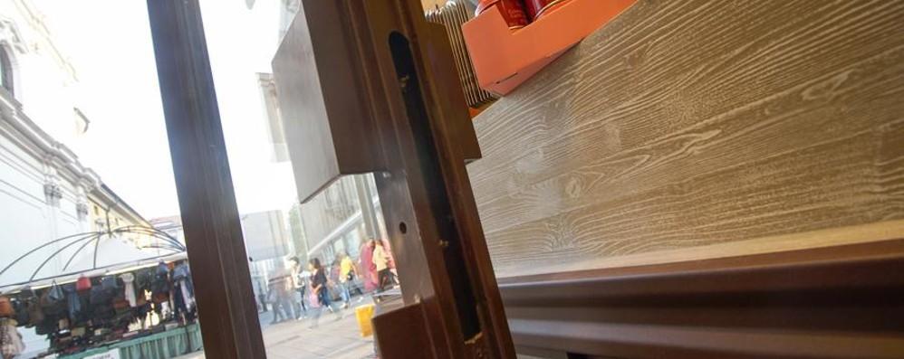 Razzia nei negozi del centro In azione la banda del trapano