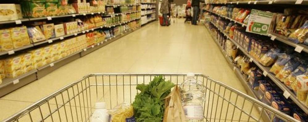 Lite al supermarket tra 2 uomini per la precedenza (dei carrelli)