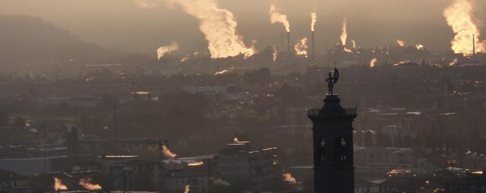 Smog, Pm10 alle stelle (oltre quota 100) Bergamo, blocco auto da martedì