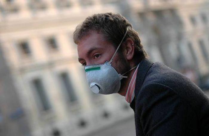 smog - uomo con la mascherina