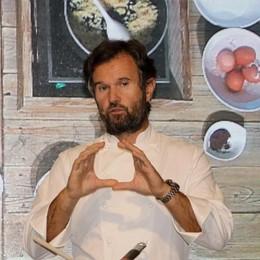 Astino, tutti in coda per gli chef -Video Cracco, Cannavacciuolo e Cerea ai fornelli
