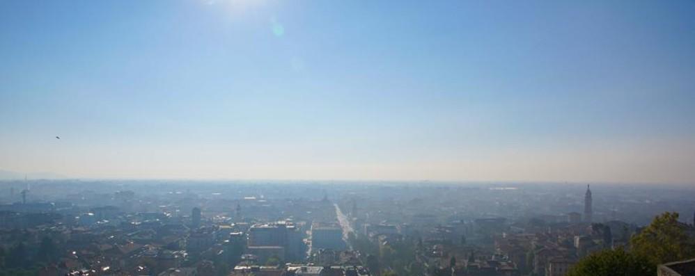 Ancora sole (e foschia), mercoledì cambia Smog alle stelle, martedì stop alle auto