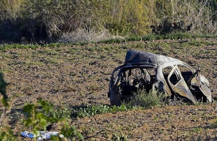 la carcassa dell'auto dopo l'esplosione