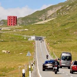 Torre rossa nei prati, ecomostro sulle Alpi?  No, una casa della cultura «temporanea»