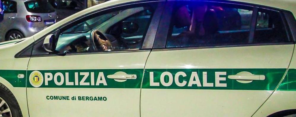 Uno nasconde la droga, l'altro la vende Spaccio in centro, arresti in via Bonomelli