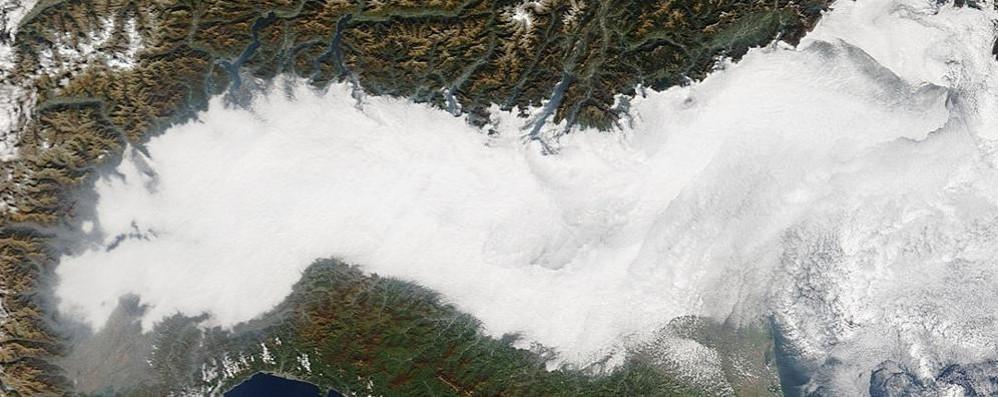 «Coperta» di smog avvolge la città La Pianura Padana? Non si vede