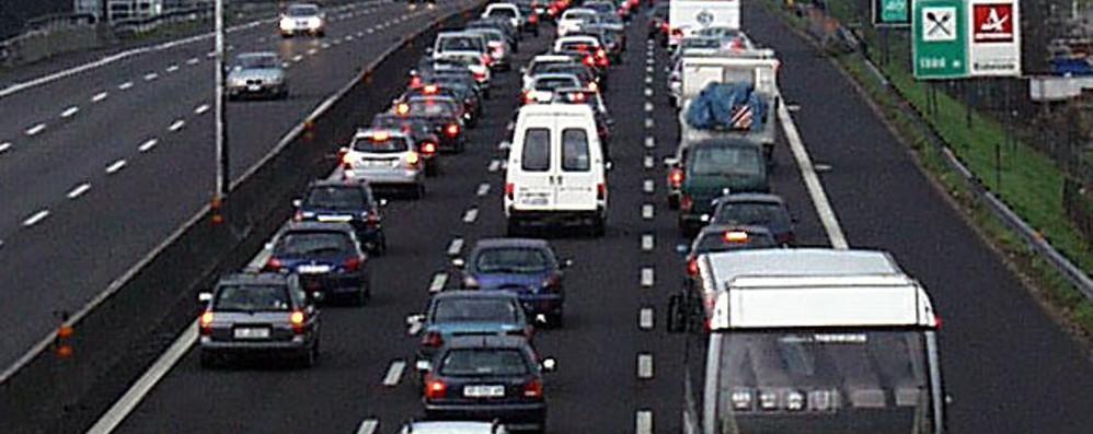 Auto in fiamme in autostrada Code tra Dalmine e Capriate