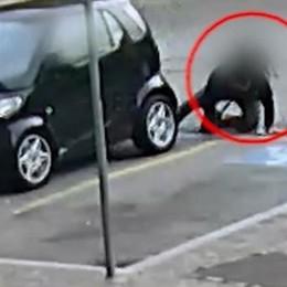 Tentata truffa: si butta sotto l'auto  Viene smascherato dalla telecamera