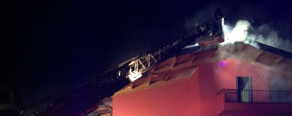 Torre Boldone, a fuoco un tetto- Video Nella notte evacuate tre famiglie