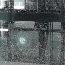 Vandali in azione alla stazione di Bergamo In frantumi i vetri dei due ascensori