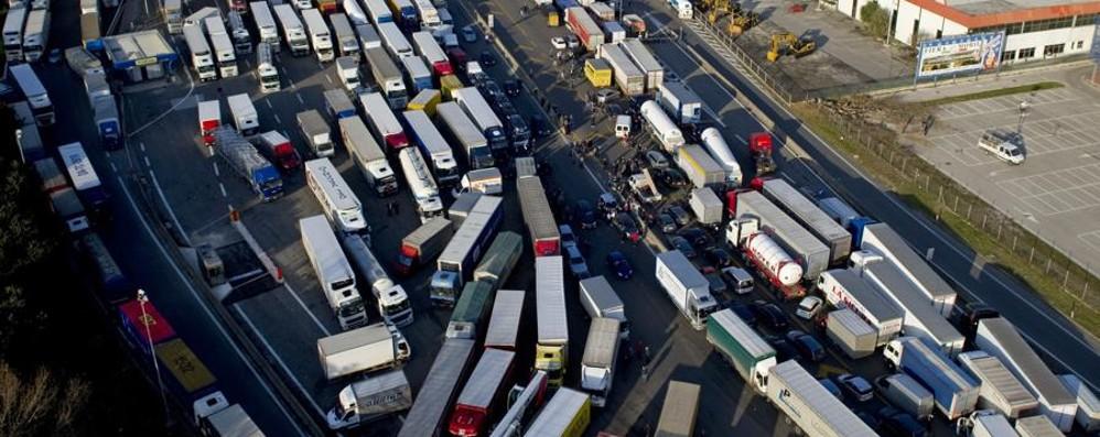 Autotrasportatori in sciopero Benzina e cibo a rischio