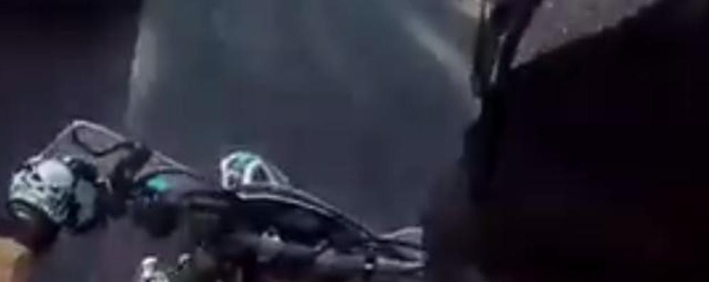 Corsa in moto per fuggire dalla Polizia Poi posta il video su Facebook: beccato