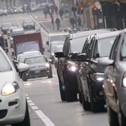 Il «balletto» delle limitazioni anti-smog Torna l'inquinamento e si tolgono i divieti