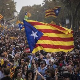 La Catalogna dichiara l'indipendenza La Spagna: restaureremo la legalità