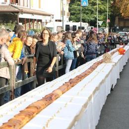 A Clusone  «strudelone» da 43,8 metri Un pomeriggio di (dolce) beneficenza