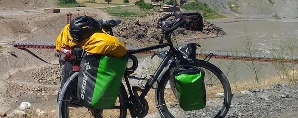 Fa il giro del mondo, gli rubano la bici Ma i cittadini gliela ricomprano