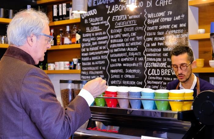 Maurizio Valli prepara un caffè per Rampello