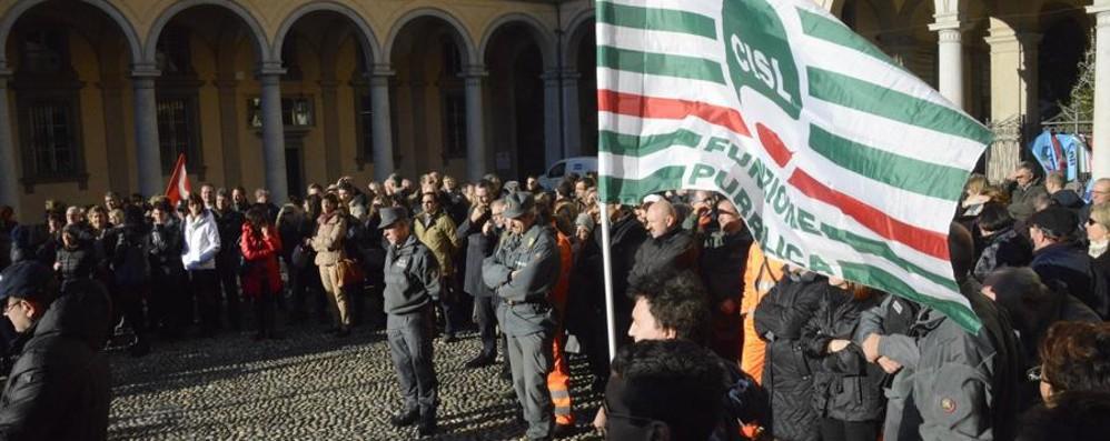 In piazza per mantenere stipendi e servizi Sciopero dei dipendenti della Provincia