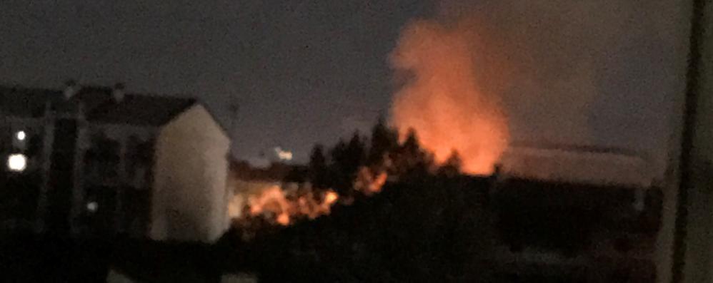 Bergamo, alte fiamme da un tetto - Video Incendio in Borgo Palazzo, strada chiusa