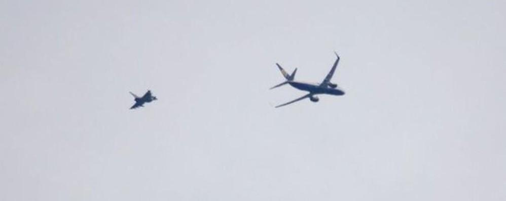 Gb, volo Ryanair scortato da un caccia  Allarme bomba per pacco sospetto