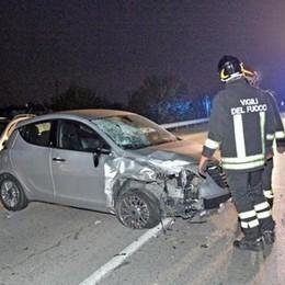 Aiuta la figlia rimasta in panne con l'auto Macchina lo travolge: ucciso sul colpo