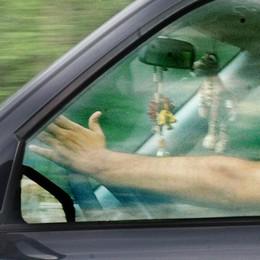 Alla guida con il telefonino in mano?  I giovani non ci rinunciano, neppure in bici