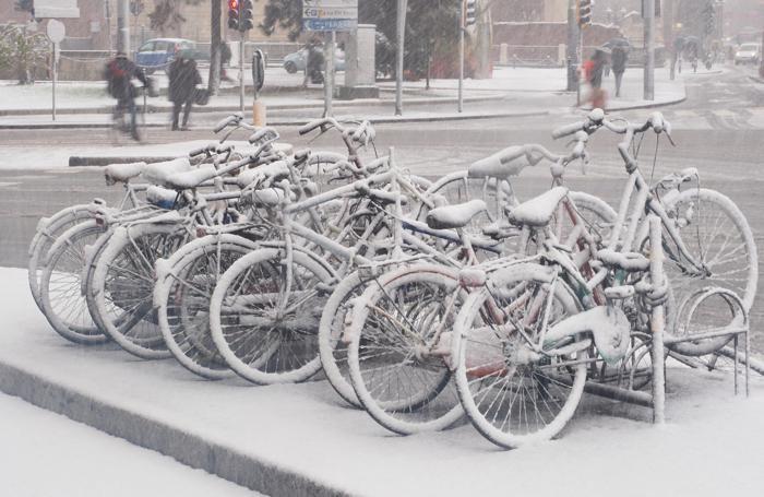Biciclette ricoperte di neve a Bologna
