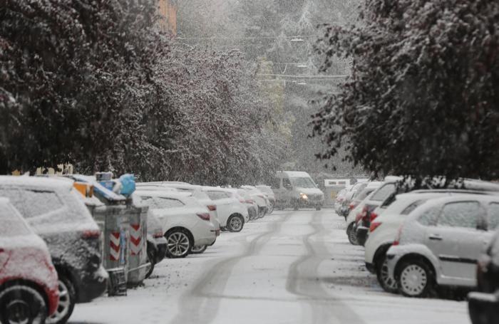 Una strada coperta dalla neve, Bologna