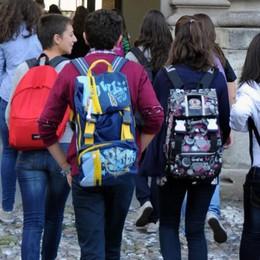 «Studenti a casa soli con autorizzazione» La manovra: bollette con fattura mensile