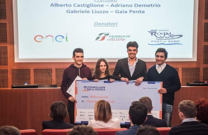 Gabriele Liuzzo, primo a sinistra, con altri studenti premiati